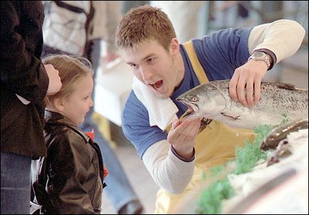 Tom 用著他幽默輕鬆的方式,正在介紹一條鮭魚給3歲的Jasmine (April 29, 2002)